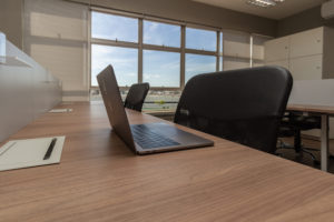 Mesa de trabalho no coworking